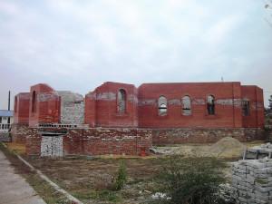 2011 г. Стены храма были доведены до подоконников.
