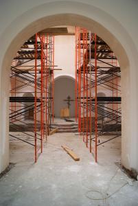 Во внутренней части храма сделана электропроводка. Завершились штукатурные, покрасочные работы. Выполнена стяжка полов, выложена плитка.