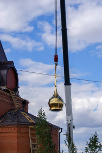 1 сентября 2015 г. на храм были подняты и установлены все купола и центральный шатер.