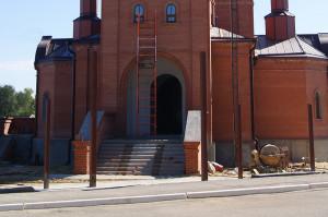 С лицевой части храма были выложены ступени и построена паперть.