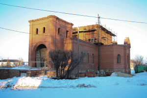 Февраль 2015 г. Первостепенной задачей для строителей было завершение строительства колокольни: арочные столбы, звонница, купол для колокольни.